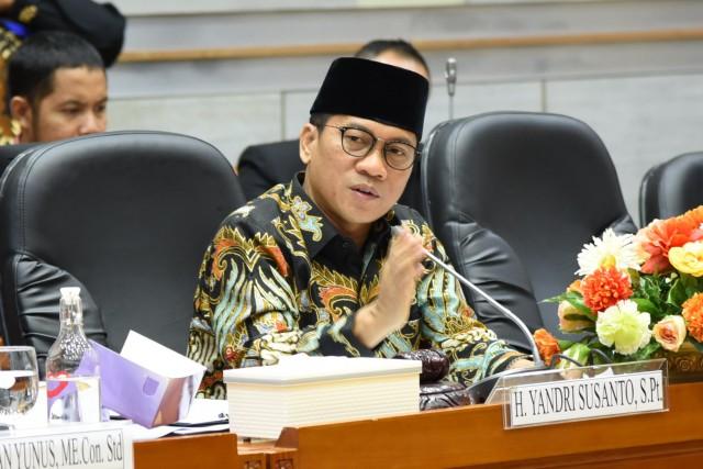 Yandri Dorong Pengelolaan Asrama Haji Secara Profesional