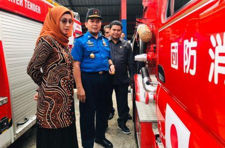 Desy Ratnasari Meninjau Langsung Bantuan Mobil Pemadam Kebakaran Di Dinas Pemadam Kebakaran Kab. Sukabumi