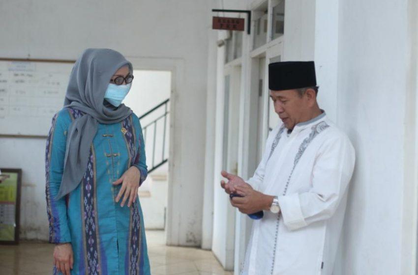 Desy Menyerahkan Bantuan Cairan Disinfektan dan Hand Sanitizer di Desa Mangkalaya, Kab. Sukabumi