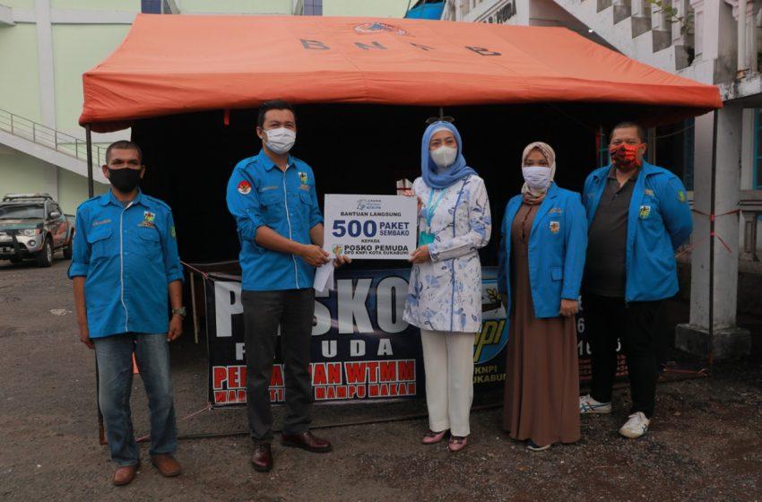 Desy Serahkan 500 Paket Sembako Kepada Posko Pemuda KNPI Kota Sukabumi