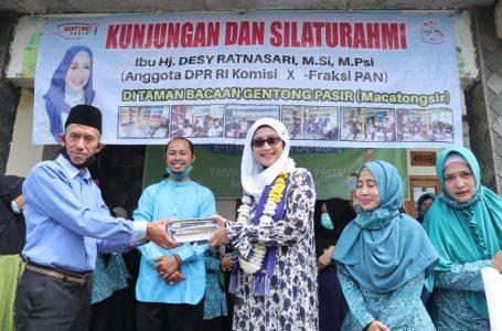 Desy Menyerahkan Bantuan Buku Bacaan Kepada Komunitas Baca Langensari (KOBARI) dan Taman Baca Masyarakat Gentong Pasir
